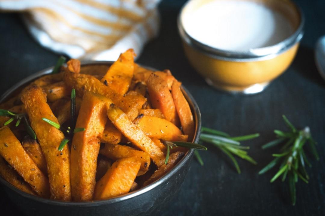 gebackene Süßkartoffel Pommes mit Rosmarin & Knoblauch - vegan