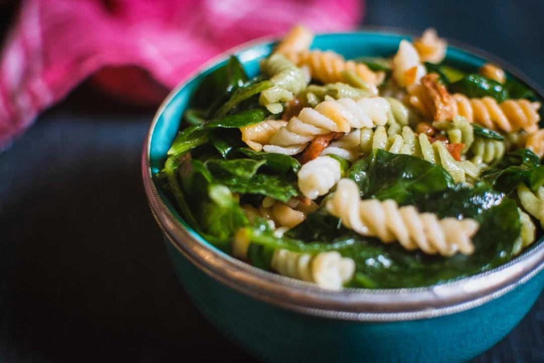 Nudelsalat mit getrockneten Tomaten und Spinat