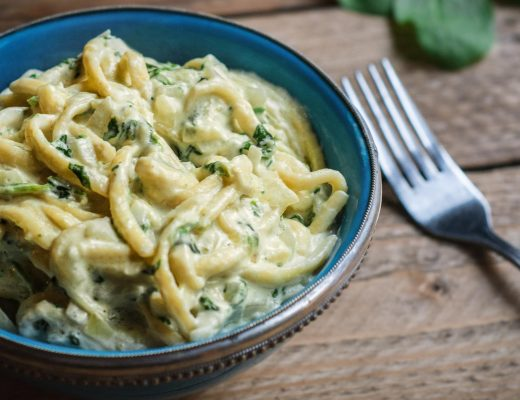 Vegane Käse-Spätzle mit Spinat und Mandelsauce