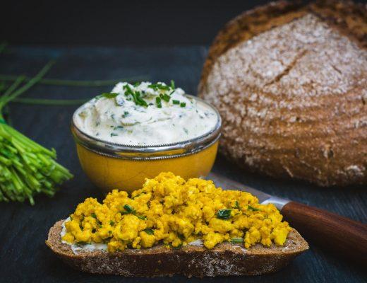 Brotzeit mit veganer Kräuterbutter Rührtofu