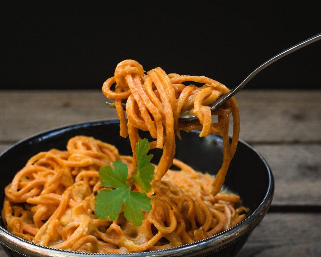 Süßkartoffelpasta mit Gemüse-Käsesauce Mac and Cheese Vegan