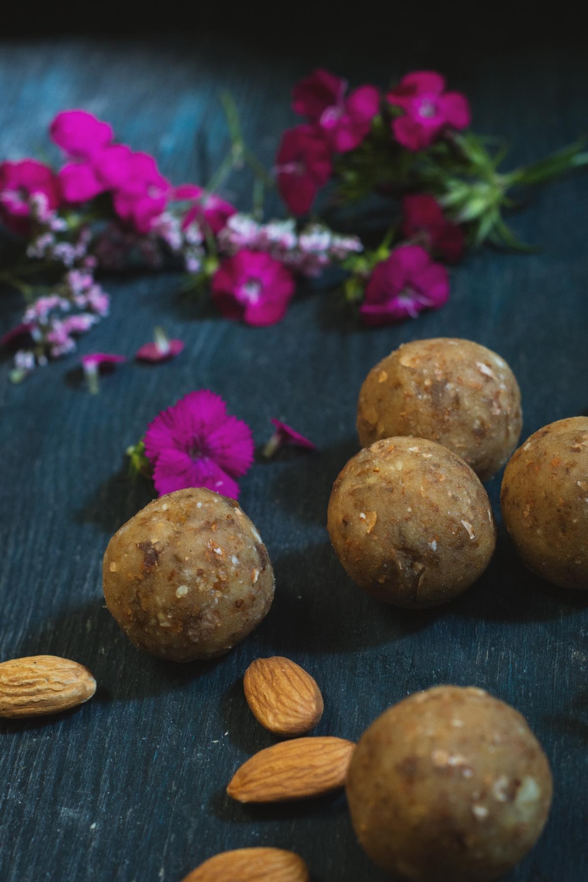 Energiekugeln aus Mandeln und Datteln Roh und Vegan