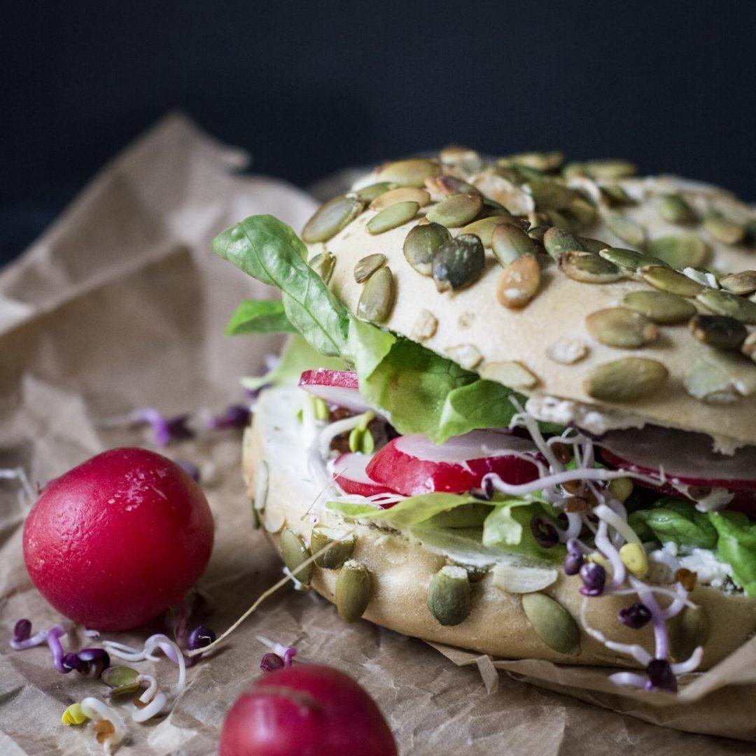Veganes Pausenbrot / Bagel mit Simply V Streichngenuss / pflanzliche Schulbrote