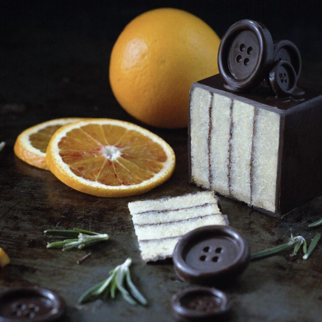 Rührkuchen mit Orange und Schokstreifen und Schokoknöpfen